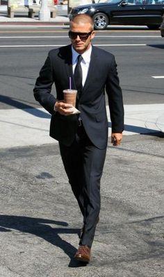 38cea3d98510 Chaussure marron avec un costume noir - Sebola.fr