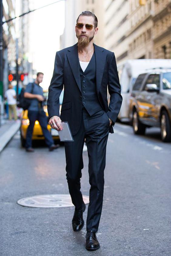 Chaussure marron et costume noir